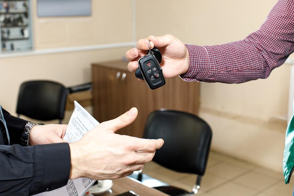 Investir dans l'achat d'un véhicule et de ses papiers : la carte grise